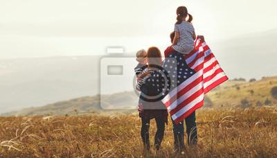Fototapete glückliche Familie mit Flagge von Amerika USA bei Sonnenuntergang draußen