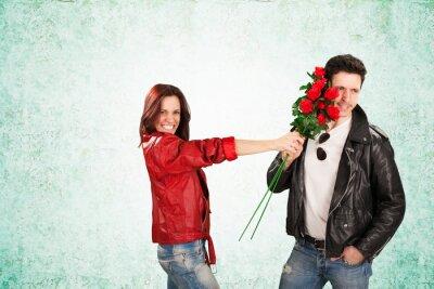 Glückliche Frau, Die Rote Rosen auf Man Face