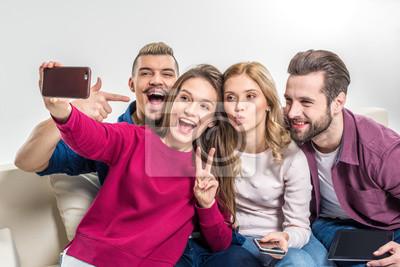 Fototapete Glückliche Freunde, die selfie nehmen