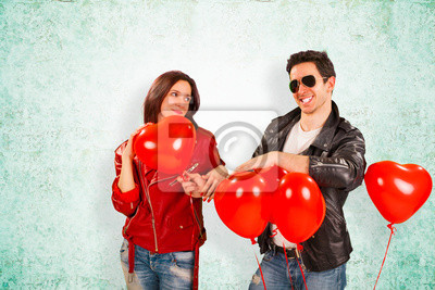 Glückliche Paare mit roter Herz-Ballone