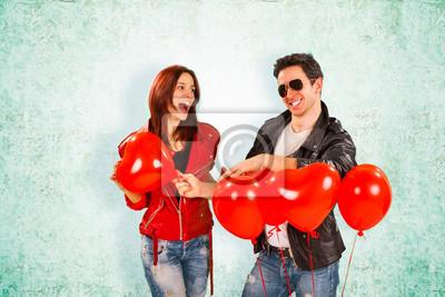 Glückliche Romantic Lovers mit Herz-Ballone