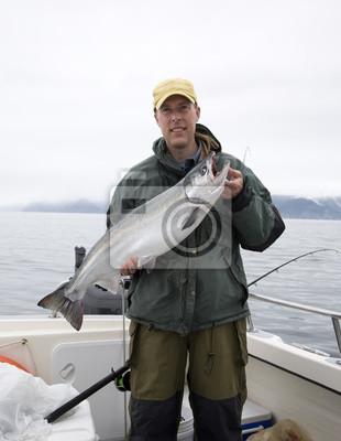 Glücklicher Fischer in hält große Silberlachs
