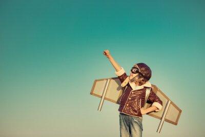 Fototapete Glückliches Kind spielt mit Spielzeug-Flugzeug