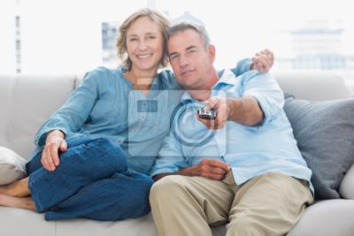 Gluckliches Paar Kuscheln Und Sitzen Auf Der Couch Vor Dem Fernseher