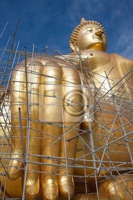 Gold-Buddha-Statue im Bau in Thai-Tempel mit klaren sky.WAT MUANG, Ang Thong, Thailand.