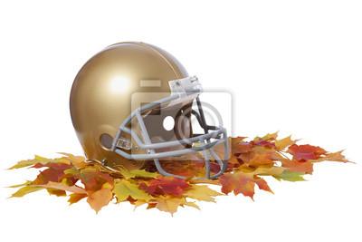 Gold-Football-Helm auf Herbst Blätter isoliert auf weiß