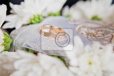 Fototapete Gold Hochzeit Ringe Auf Einem Kissen