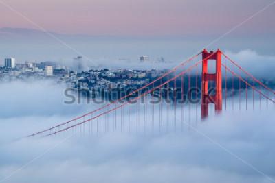 Fototapete Golden Gate im Morgengrauen, umgeben von Nebel