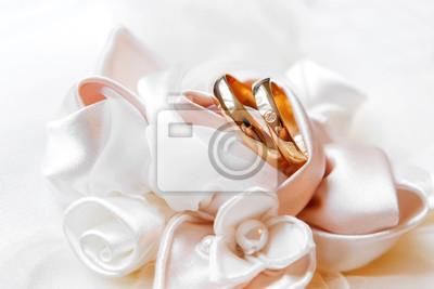 Goldene Hochzeit Ringe Mit Diamanten Auf Seide Rosen Wedding