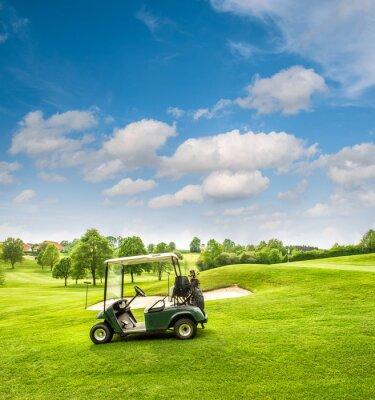 Fototapete Golf-Cart auf einem Golfplatz. Grünes Feld und blauer Himmel bewölkt