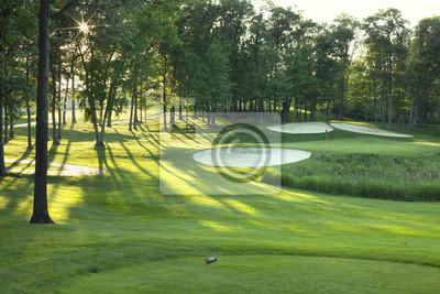 Golf Grün und Abschlag in der späten Nachmittag Sonne