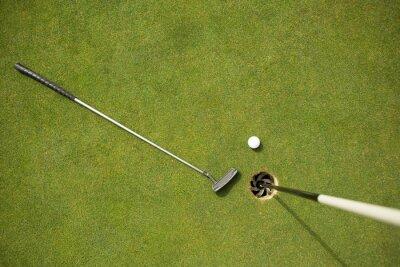 Fototapete Golfclub und Golfball auf dem Grün neben flag