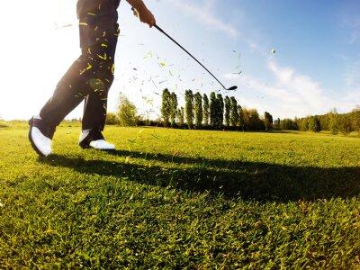 Fototapete Golfer führt eine Golf Schuss aus dem Fairway.