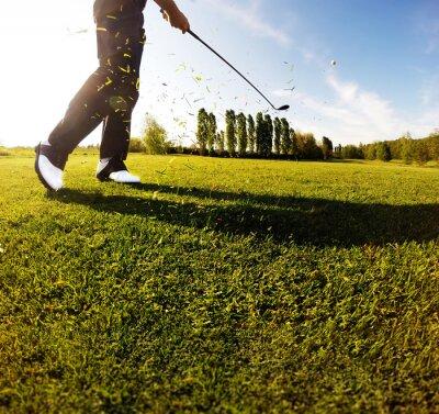 Fototapete Golfschwung auf dem Platz. Golfer führt einen Golfschuss