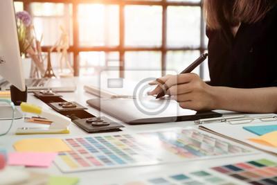 Fototapete Grafik-Design Schreibtisch Hand mit Maus-Skizze-Gerät auf kreativen Schreibtisch.