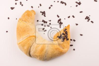 Fototapete Großartig gebäckes süßes Frühstück Croissant Hörnchen Gebäck mit Schokoladenstreuseln vor weißem Hintergrund
