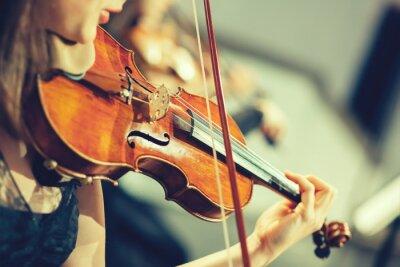 Fototapete Großes Orchester auf der Bühne, die Hände spielt Geige