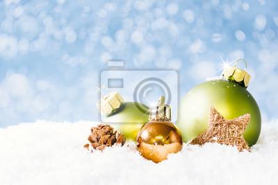Goldene Weihnachtskugeln.Fototapete Grüne Und Goldene Weihnachtskugeln Auf Schnee