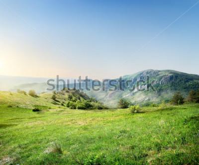 Fototapete Grüne Wiese auf dem Hintergrund der Krimberge