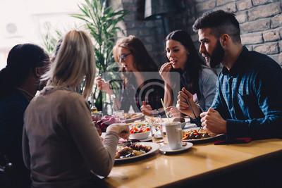 Fototapete Gruppe von glücklichen Geschäftsleute essen im Restaurant