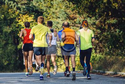 b0986b1cdbde9f Fototapete Gruppe von Läufern Marathonläufer auf Asphalt im Herbst laufen  Park.yellow Blätter auf Bäumen