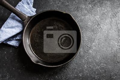fototapete gusseisen pfanne auf schwarzem hintergrund