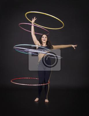 Gymnastische Ubungen Mit Hula Hoop Madchen Fuhrt Einen Zirkusartist