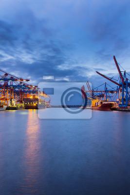 Hafenbecken am Container
