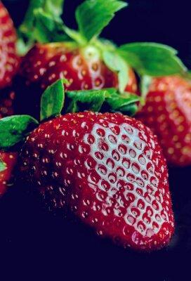 Fototapete Hälfte der Erdbeere getrennt auf schwarzem Hintergrund