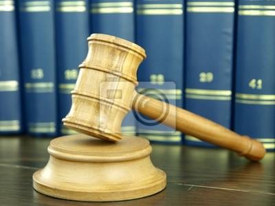 Hammer des Richters und Stapel juristische Bücher