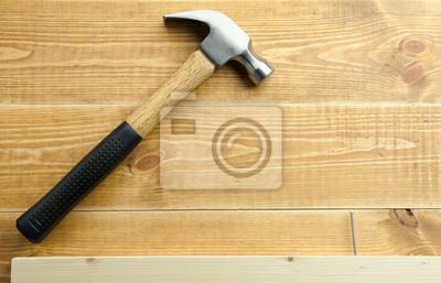 Hammer und Nägel sind auf einem hölzernen Planken