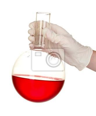 Hand mit einem Reagenzglas isoliert auf weiß