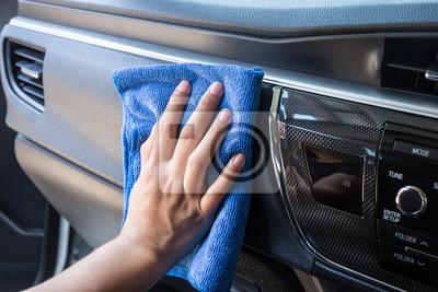 https://img.myloview.de/fototapeten/hand-mit-microfaser-tuch-reinigung-interieur-modernen-auto-400-71108848.jpg