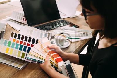 Hande Der Weiblichen Designer Im Buro Arbeiten Mit Farbmuster