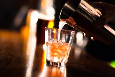 Fototapete Hände eines Barkeeper Gießen ein Getränk in ein Glas