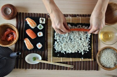 Fototapete Hände kochen sushi