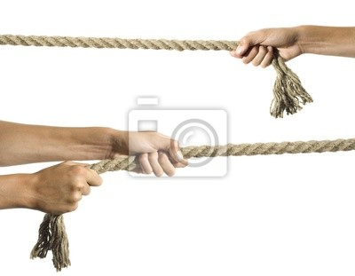 Hände ziehen ein Seil