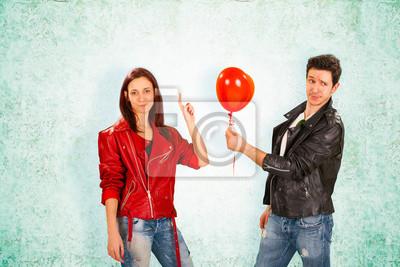 Handsome Mann die rote Ballon zu Frau