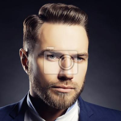 Handsome Mann Mit Bart Und Modernen Frisur Uber Dunkelgrauem