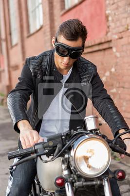 Fototapete: Handsome reiter biker mann in schwarzen lederjacke und schutz