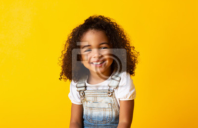Fototapete Happy smiling african-american child girl, yellow background