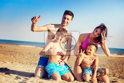 Haqppy jungen Familie auf einem tropischen Strand