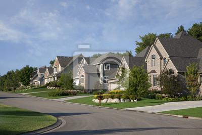 Häuser auf gehobenen Vorort Straße in Morgensonne