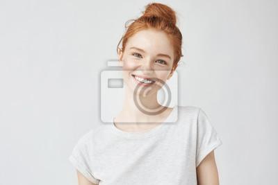 Fototapete Headshot-Porträt des glücklichen Ingwermädchens mit Sommersprossen lächelnd, Kamera betrachtend. Weißer Hintergrund.