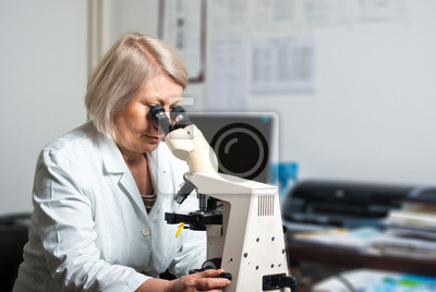 Healthcare Forscher suchen durch ein Mikroskop