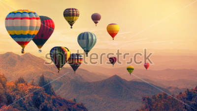 Fototapete Heißluftballon über hohem Berg bei Sonnenuntergang