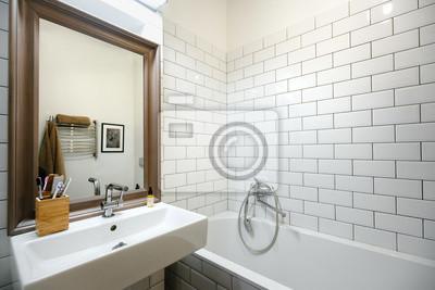 Helles interieur des modernen bades im loft stil und minimalismus