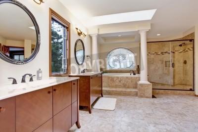 Fototapete Helles Luxus Badezimmer Mit Glastür Dusche, Badewanne Mit  Treppen Und Säulen Und Zwei