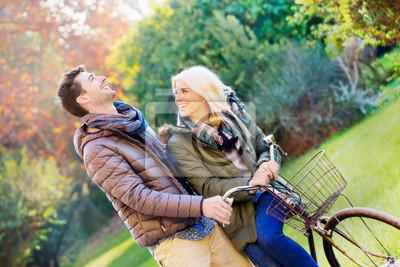 Herbst. Paar Radfahren im Park