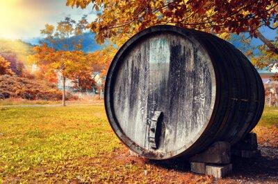 Fototapete Herbstlandschaft mit alten hölzernen Weinfass